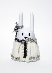 Des lapins Nabaztag habillés par des stylistes dans les vitrines des Galeries Lafayette
